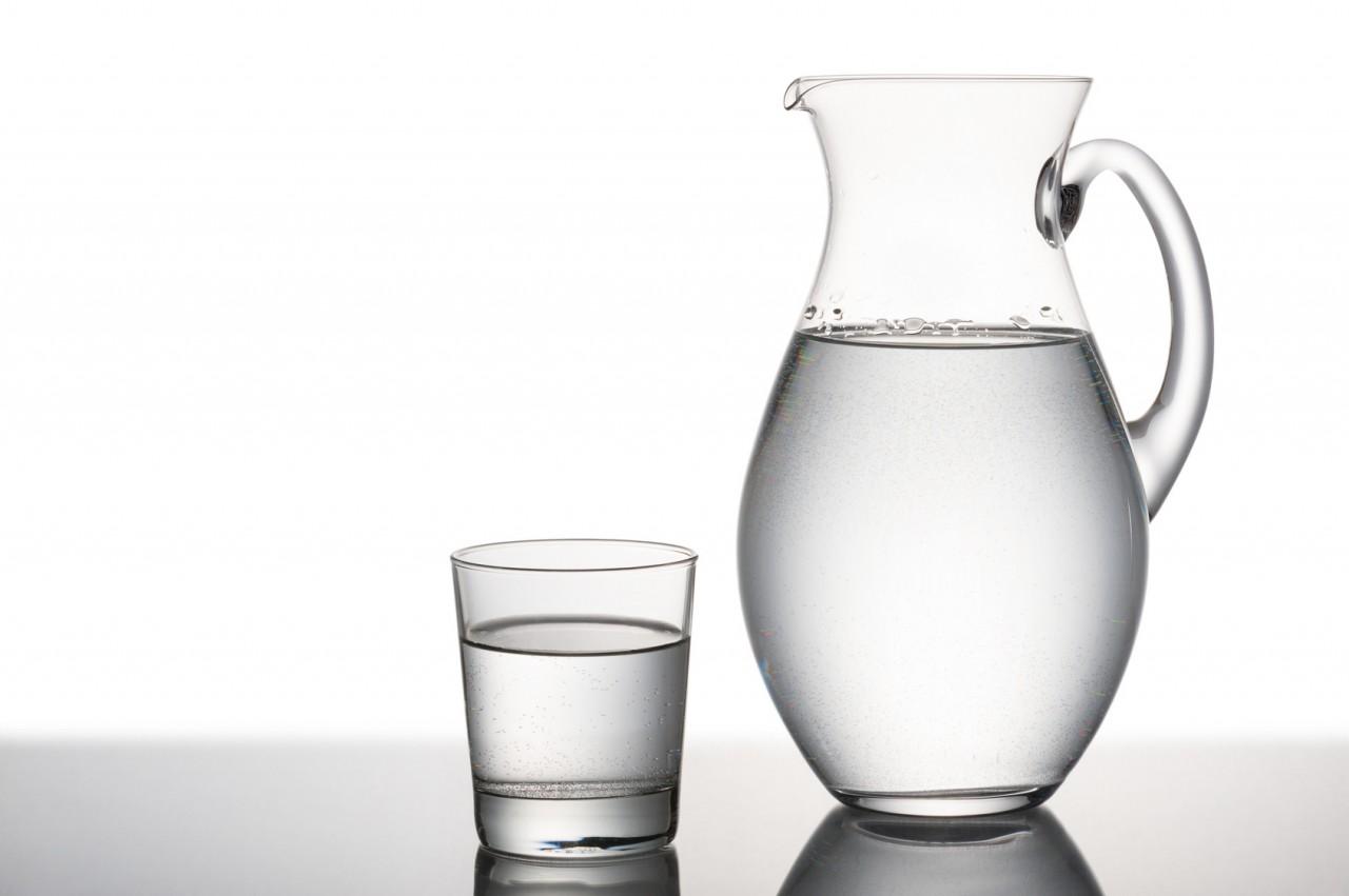 Water%20in%20kan%20met%20glas.jpg